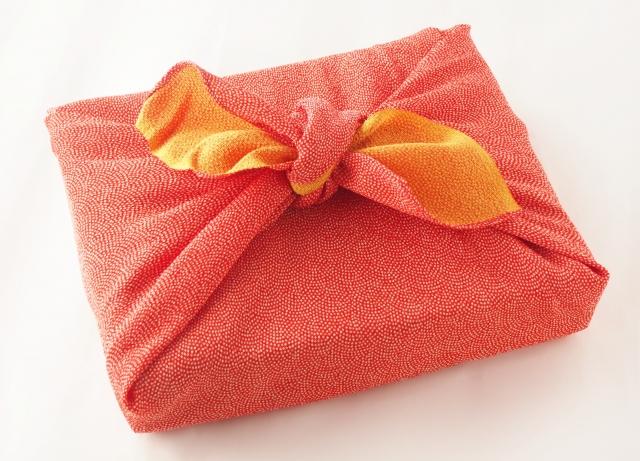 風呂敷に包んだ贈り物